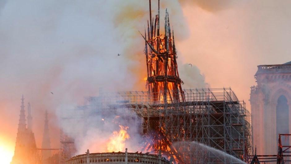 El fuego está consumiendo el techo de la nave central de la iglesia. Una de las agujas de la catedral colapsó, consumida por las llamas.