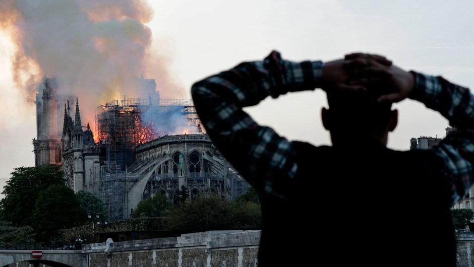 La desolación de la gente al ver Notre Dame en llamas.