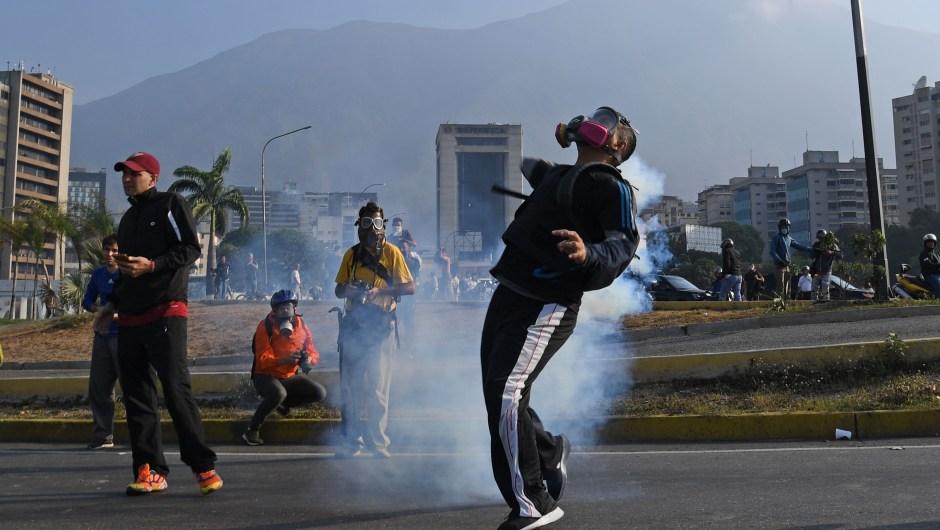 Venezolanos se enfrentaron con las fuerzas de seguridad en Caracas el 30 de abril de 2019. Crédito: YURI CORTEZ / AFP / Getty Images