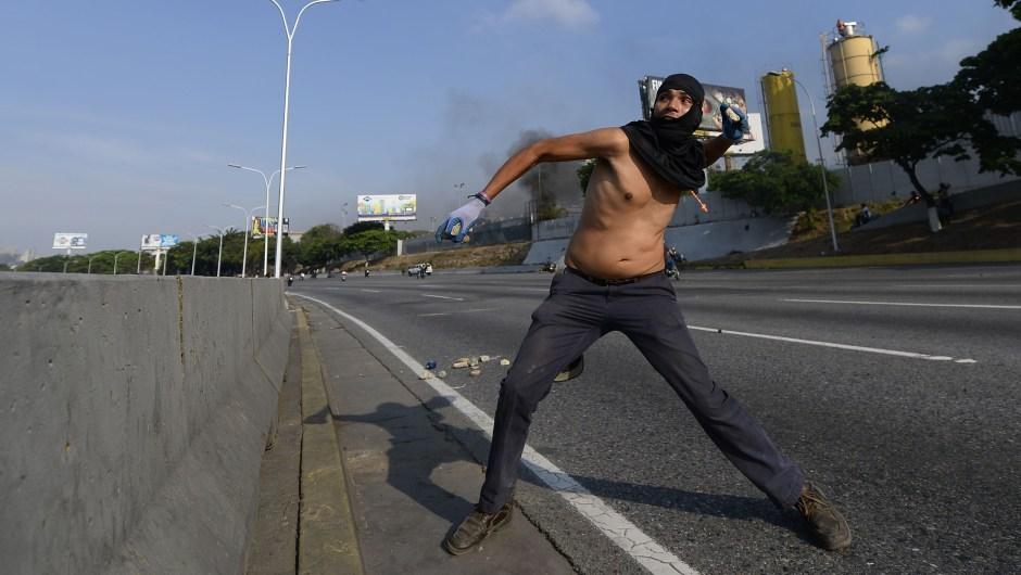 Un hombre se enfrenta a las fuerzas de seguridad en Caracas el 30 de abril de 2019. Crédito: MATIAS DELACROIX / AFP / Getty Images