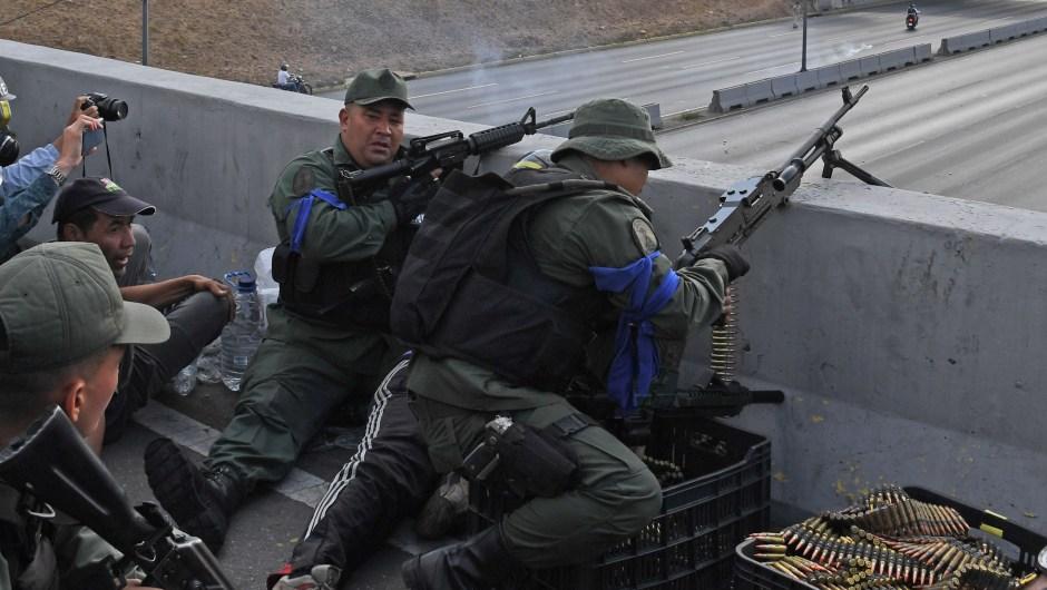 Soldados que apoyan a Juan Guaidó se posicionan frente a la base de La Carlota en Caracas el 30 de abril de 2019. Crédito: YURI CORTEZ / AFP / Getty Images