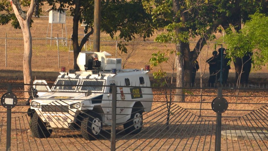 Un soldado apunta una ametralladora en un vehículo de la Guardia Nacional Bolivariana y otro grupo hace guardia cerca de la base aérea La Carlota el 30 de abril de 2019 en Caracas, Venezuela. Crédito: Rafael Briceño / Getty Images
