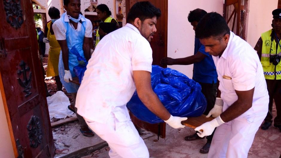 Al menos 207 personas murieron y cientos más resultaron heridas luego de una serie de explosiones coordinadas en varios hoteles e iglesias de alto nivel en Sri Lanka el domingo por la mañana.La primera ola de ataques golpeó el corazón de la comunidad cristiana minoritaria del país durante las actividades de Pascua en las iglesias de Colombo, Negombo y Batticaloa este domingo por la mañana.Explosiones adicionales arrasaron tres hoteles de alto nivel, el Shangri La, Cinnamon Grand y Kingsbury, todos en Colombo, la capital del país.En un comunicado, el hotel Shangri-La en Colombo dijo que la cafetería Table One del hotel fue atacada justo después de las 9 a.m. hora local. El hotel es popular entre los turistas extranjeros y la comunidad empresarial del país.Una séptima y octava explosión, en un hotel frente al zoológico Dehiwala en Dehiwala-Mount Lavinia y en una casa privada en Mahawila Gardens, en Dematagoda, ocurrió la tarde de este domingo.Esta es la lista completa de los sitios donde ocurrió una explosión informados hasta el momento:Santuario de San Antonio, KochchikadeIglesia de San Sebastián, NegomboIglesia de Sión, BatticaloaCanela Grand, ColomboHotel Shangri-La, ColomboEl Hotel Kingsbury, ColomboCerca del zoológico Dehiwala en Dehiwala-Mount LaviniaUna casa en los jardines de Mahawila, Dematagoda