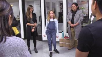 Una niña dirige un taller de entrenamiento sobre cómo reaccionar ante un tiroteo