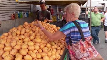 Venezolanos arriesgan sus vidas para alimentar a sus hijos