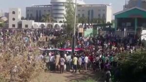 Omar al-Bashir, enfrenta cargos criminales
