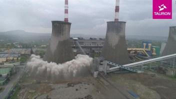 Torre de 90 metros se desploma en tan solo segundos