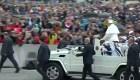 Papa pasea a niños refugiados por la Plaza de San Pedro