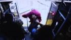Anciano muere tras ser empujado fuera de un autobús