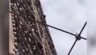 Graban a hombre escalando la Torre Eiffel
