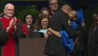 Un soldado sorprende a su hija el día de su graduación