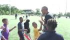 Obama sorprende a jovenes  atletas