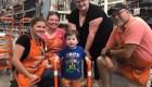 Empleados de Home Depot arman un andador para niño con hipotonía