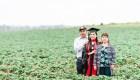 Graduada rinde homenaje al esfuerzo de sus padres