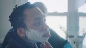 Joven trans aprende a afeitarse en emotivo anuncio