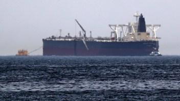"""Una foto tomada el 13 de mayo de 2019 muestra el petrolero Amjad, uno de los dos buques que habrían sufrido """"actos de sabotaje"""" frente a la costa del Golfo de Omán. Crédito: KARIM SAHIB / AFP / Getty Images"""