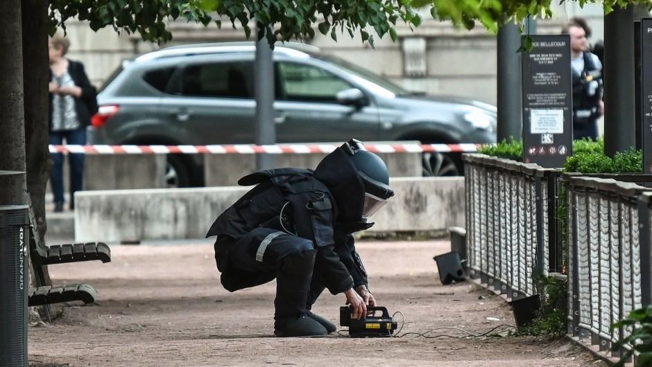 Un experto en desactivación de bombas trabaja en la escena de la explosión en una calle peatonal en el corazón de Lyon el 24 de mayo de 2019. Crédito: PHILIPPE DESMAZES / AFP / Getty Images.