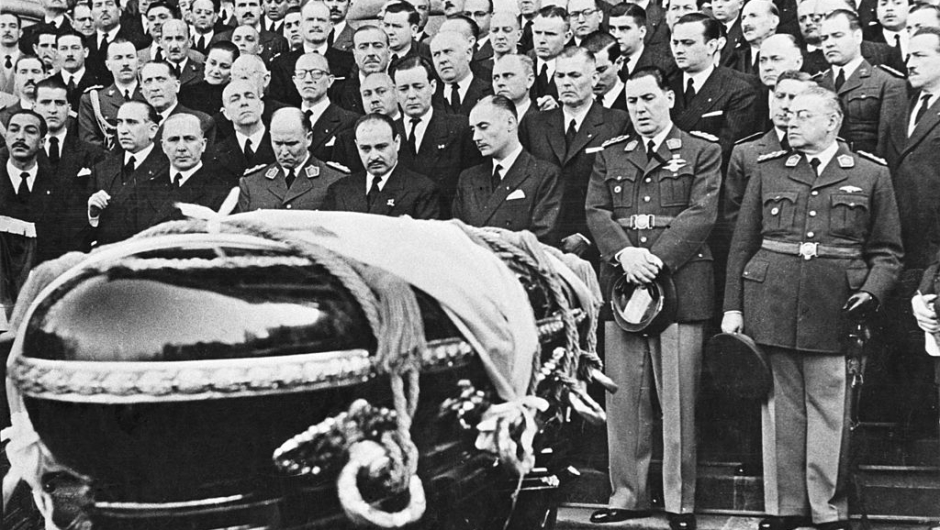 Mourners at the coffin of Argentine First Lady Eva Peron (1919 - 1952) at her state funeral in Buenos Aires, 10th August 1952. Argentine President Juan Peron (1895 - 1974) is in the front row (second from right). (Photo by Archive Photos/Getty Images)