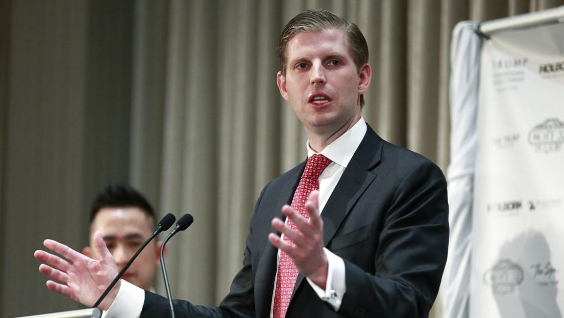 Eric Trump, hijo del presidente Donald Trump, dijo el martes que un empleado de un restaurante de Chicago le escupió.