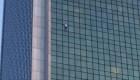 Escala un edificio de 170 metros en Varsovia y sin sogas