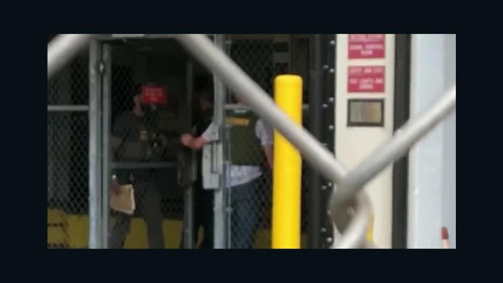 Detienen a policía que no actuó ante tiroteo en Parkland