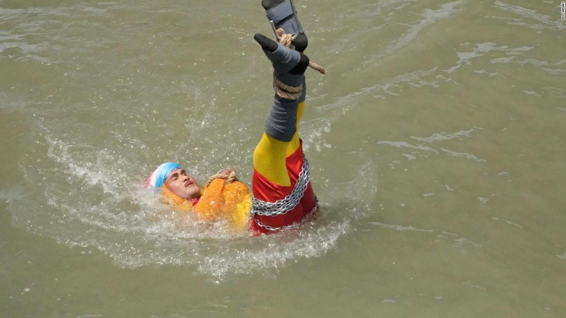 Mago indio muerto truco fallido río