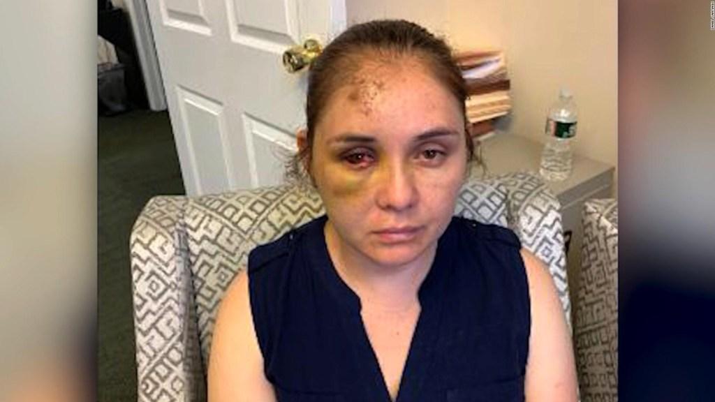 Golpean a madre latina por defender a su hijo