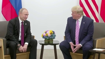 Trump bromea con Putin sobre interferencia en elecciones