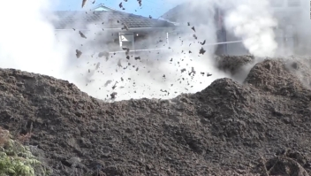 Cráter de barro irrumpe en el patio de una familia en Nueva Zelandia