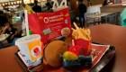 Niñas piden a McDonald's no dar juguetes de plástico