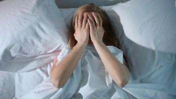 La razón por la que debes dormir a oscuras