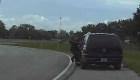 Hombre arrastra a un policía con su auto