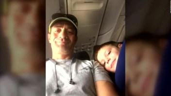 Una madre recompensa al compañero de viaje de su hijo autista
