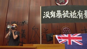 Manifestantes en Hong Kong dañan el palacio legislativo
