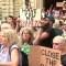 Manifestantes exigen cerrar centros de detención de inmigrantes