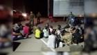 Rescatan a 33 indocumentados de un camión de remolque