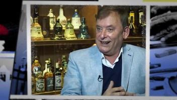 Él es Don Whisky, un argentino con más de 3.000 botellas