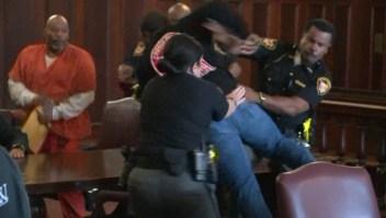 Hijos arremeten contra el asesino de su madre en la corte