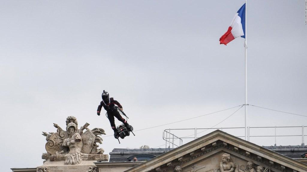 """Un """"hombre volador"""" deslumbró en el Día de la Bastilla"""