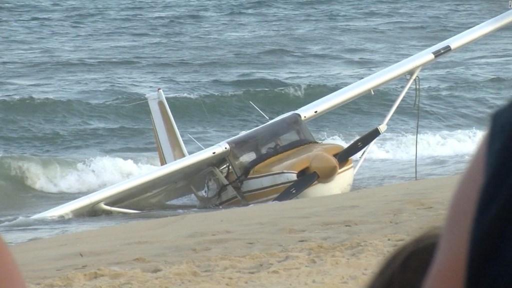 Mira el aterrizaje de emergencia de este avión en la playa