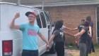 Vecinos ayudan a familia a huir de autoridades inmigratorias