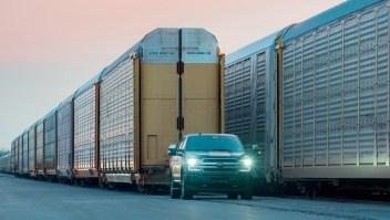 Esta camioneta eléctrica puede remolcar vagones de tren