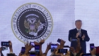 Donald Trump aparece frente a sello presidencial falso