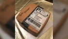 Un hombre regala a su esposa un pastel-caja de Amazon