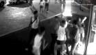 Al menos una docena de jóvenes golpea a 2 hombres