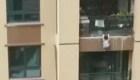 Bebé cae de un edificio y logran atraparlo