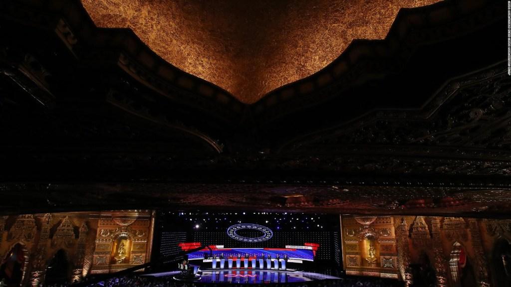 Un detrás de cámaras del set del debate demócrata