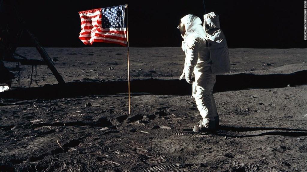 """El astronauta Edwin """"Buzz"""" Aldrin, se para junto a una bandera de los Estados Unidos el 20 de julio de 1969, en la Luna."""