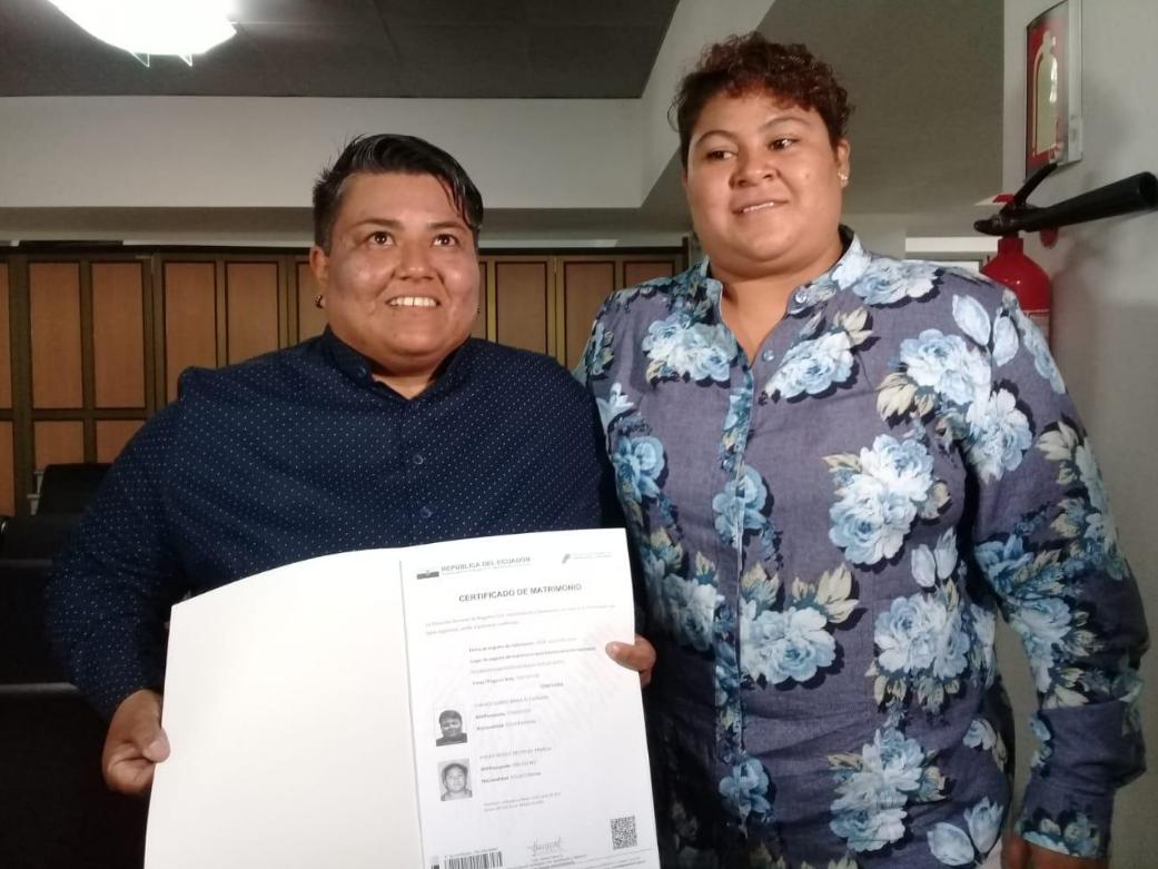 Alexandra Chávez y Michelle Avilés se convirtieron en la primera pareja del mismo sexo en contraer matrimonio en Ecuador. (Cortesía: Diario El Comercio)