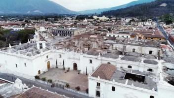 Disfruta de la belleza de Antigua, en Guatemala, a vuelo de pájaro. Vuela junto a Destinos CNN y disfruta de esta increíble ciudad desde las alturas.